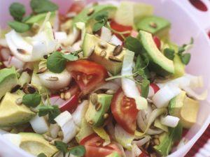 Bunter Avocadosalat mit Sonnenblumenkernen Rezept