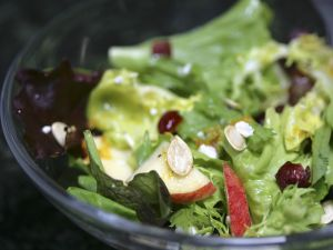 Bunter Blattsalat mit Apfel und Kürbiskernen Rezept