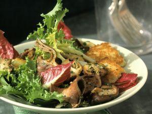 Bunter Blattsalat mit Kartoffelpuffern Rezept