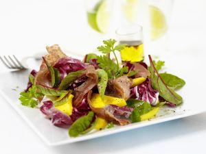 Bunter Blattsalat mit Mango und Schinken Rezept