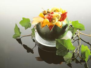 Bunter Fruchtsalat in Melone Rezept