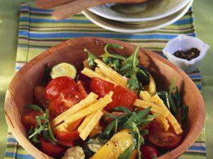 Bunter Gemüse-Rucola-Salat mit Cheddar Rezept