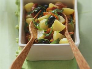 Bunter Kartoffelsalat mit getrockneten Tomaten, Rucola und Oliven Rezept