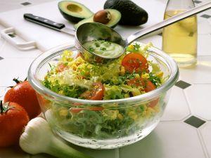 Bunter Salat mit Avocadodressing Rezept