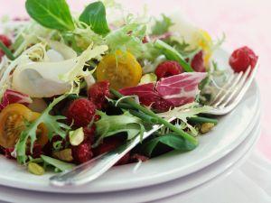 Bunter Salat mit Beeren Rezept