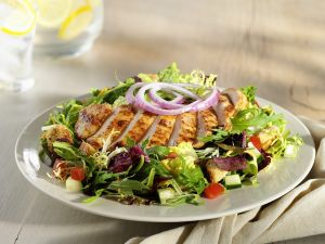 Bunter Salat mit Hähnchen Rezept