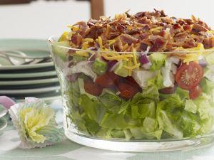 Bunter Salat mit Käse und Speck Rezept
