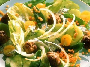 Bunter Salat mit Linsen und Fleischbällchen Rezept