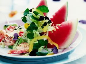 Bunter Salat mit Shrimps und Wassermelone Rezept