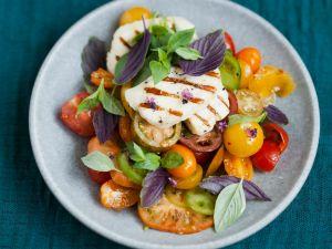 Bunter Tomatensalat mit Halloumi Rezept