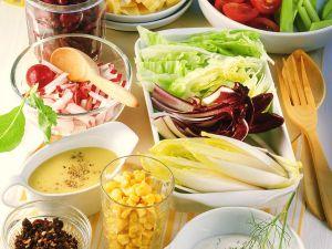 Buntes Salatbuffet mit Saucen Rezept