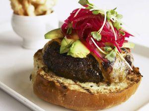 Burger mit Avocado und Roter Bete Rezept