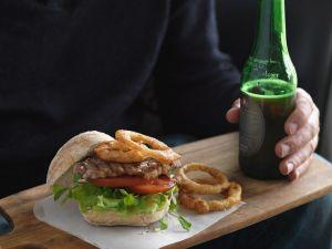 Burger mit Roastbeef und frittierten Zwiebelringen Rezept
