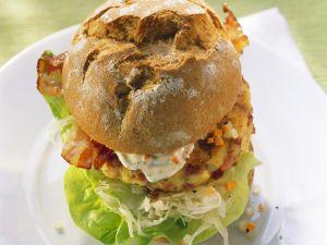 Burger mit verlorenem Ei, Speck und Salat Rezept