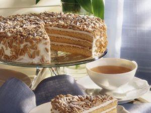 Buttercreme-Torte mit Mandeln und Pinienkernen Rezept