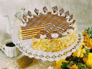 Buttercremetorte mit Mandeln Rezept