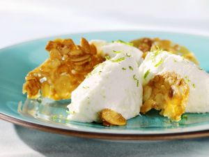 Buttermilchmousse mit Karamell-Mandeln Rezept