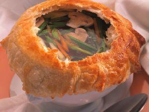 Champignon-Gemüsesuppe mit Teighaube Rezept