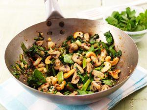 Champignons mit Blattgemüse aus dem Wok Rezept