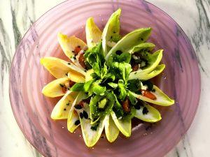Chicoreesalat mit Kiwi und Cocktailsauce Rezept