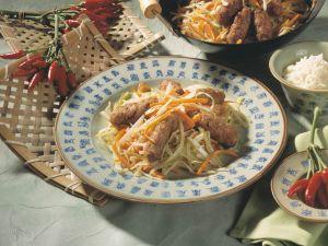 Chili-Hackröllchen auf Weißkohl-Möhren-Gemüse Rezept