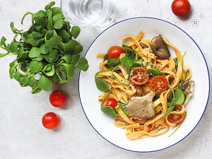 Chili-Pasta mit Postelein, Austernpilzen und Cherrytomaten