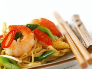 Chili-Shrimps mit Porree, Mais und Eiernudeln Rezept