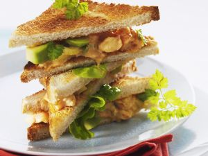 Club-Sandwich mit Meeresfrüchte-Avocado-Salat Rezept