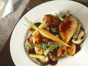 Coq au vin mit Gemüse und Pilzen Rezept