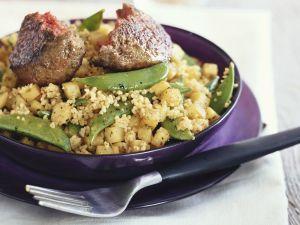 Couscous mit Kartoffeln und Kaiserschoten dazu Buletten Rezept