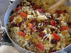 Couscouspfanne mit Rosinen und Tomaten Rezept