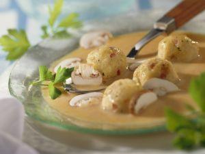 Cremige Pilzsuppe mit kleinen Speckknödeln Rezept