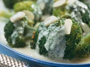 Cremiger Brokkoli mit Mandeln Rezept