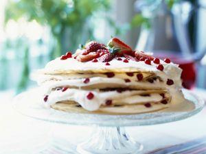 Crépe-Torte mit Beeren und Sahne Rezept