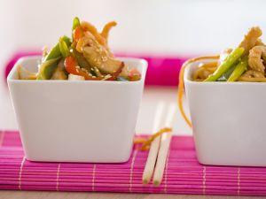 Crevetten-Hähnchen-Salat mit Gemüse und asiatischen Nudeln Rezept