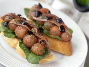 Crostini mit geschälten Tomaten, Oliven und Sardinen Rezept