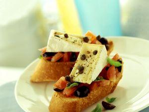 Crostini mit Tomate, Olive und Weichkäse Rezept