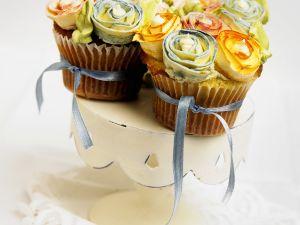 Cupcakes mit Blumendeko und Schleifen Rezept