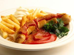 Currywurst mit Pommes und Mayonnaise Rezept