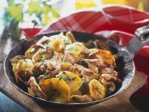 Deftige Kartoffel-Fleisch-Pfanne mit Zwiebeln (Tiroler Gröstl) Rezept