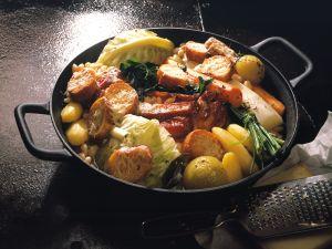 Deftiger Kohl-Kartoffel-Topf mit Käse-Crostini Rezept