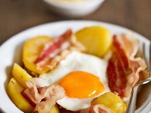 Deftiges Landfrühstück mit Kartoffeln, Speck und Spiegelei Rezept