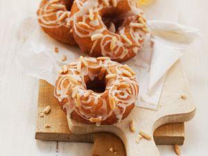 Donuts mit Pinienkernen und Zuckerguss Rezept