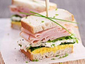 Eiersalat-Sandwich mit Hüttenkäse und Putenwurst Rezept