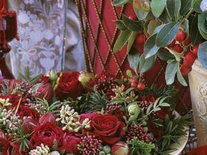 Ein weihnachtlicher Blumenkranz mit Rose und Gaultheria Rezept