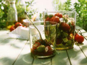 Eingelegte Tomaten mit Käse und Oliven Rezept