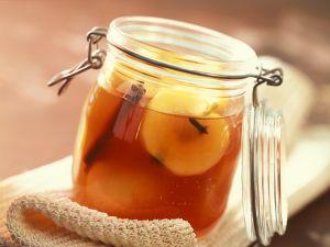 Eingemachte Äpfel in Weinsud Rezept
