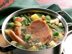 Eintopf mit Gemüse, Würstchen und Kassler Rezept