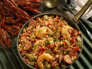 Eintopf mit Shrimps, Wurst und Flusskrebsen aus der Südstaatenküche (Gumbo) Rezept
