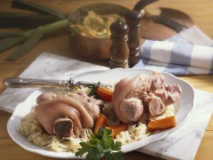 Eisbein mit Sauerkraut, Karotten und grünem Püree Rezept